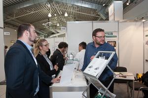 Fachgespräch mit Optikspezialist auf der aaa in Leipzig