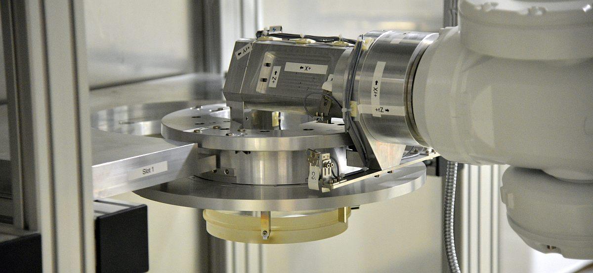 Automatisierung Roboter Arm greift Probe für Ionenstrahlbearbeitungsanlage